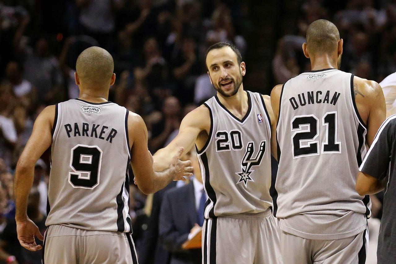 Trio Spurs compañeros jugando para ganar