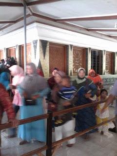 Banyak peziarah akan masuk ke dalam ruangan Makam Sunan Kalijaga
