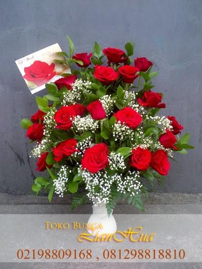 rangkaian bunga meja yang indah, bunga mawar merah