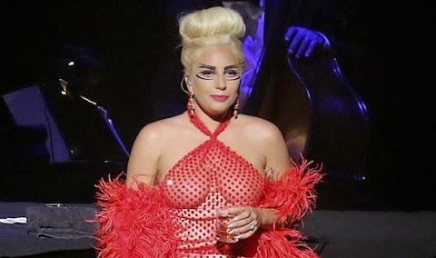 incubo in rosso per lady gaga: è diventata moira orfei