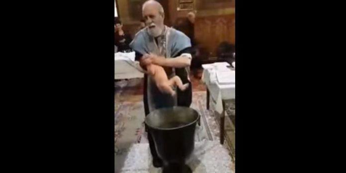 Παπάς παραλίγο να πνίξει μωρό στην κολυμπήθρα από τα νεύρα του