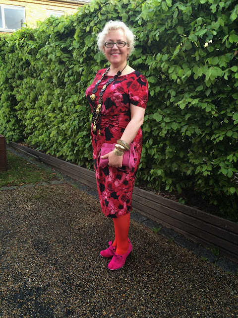 Kaffesoester in red and pink cocktail outfit with pink suede shoes