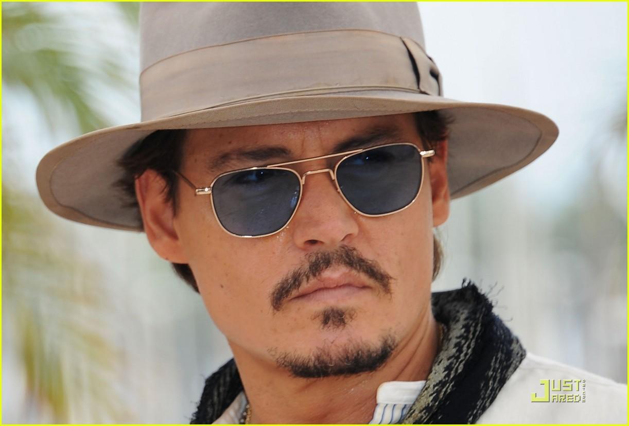 http://4.bp.blogspot.com/-TupTsj4IoFE/TdQQ0VCS5rI/AAAAAAAAAhg/6i_u1Awtkkg/s1600/penelope-cruz-johnny-depp-pirates-cannes-10.jpg
