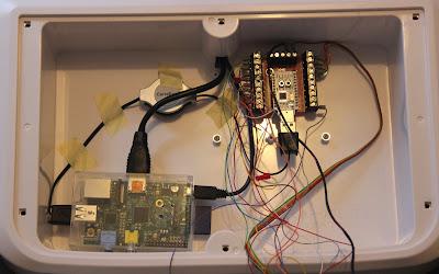 Voici l'intérieur du caisson du stick, il contient les câbles, le Raspberry Pi, une rallonge USB et le Kade.