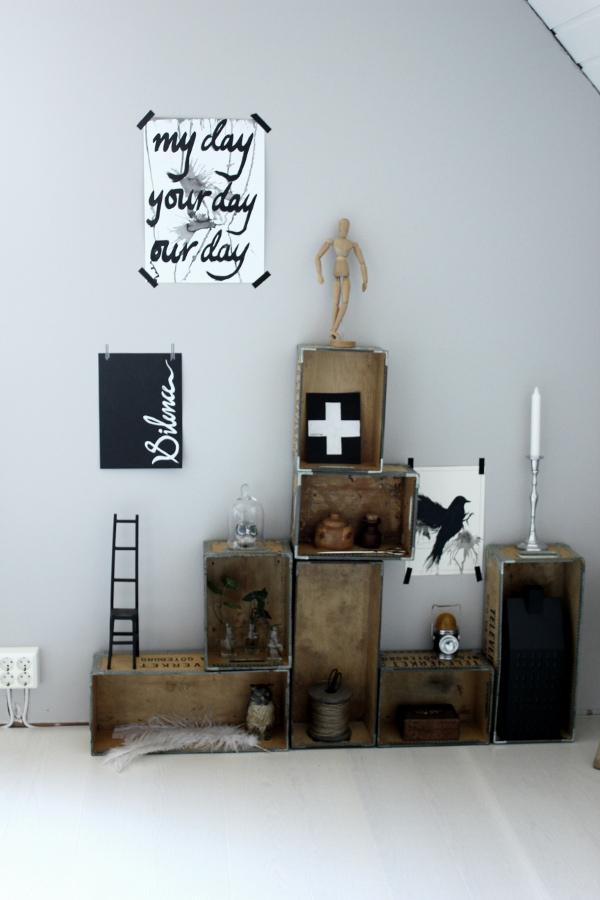 trälådor som hyllor, lådor mot vägg som hylla, hylla i arbetsrum, renoverat arbetsrum, bilder på före och efter renovering, vit plankgolv, plank vit, tarkett, askträ, vit fjäder, svarta och vita prints, print med text, snygga tavlor på vägg, tavlor i svart och vitt, handskriven text på tavla, stol av gjutjärn, hampasnöre på rulle, rulle med sax, trälåda, televerket, gamla trälådor mot vägg, grå nymålad vägg, uggla,
