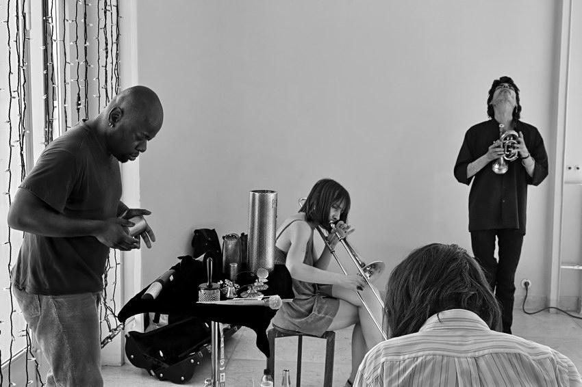 Foto a preto e branco sobre a actuação do grupo