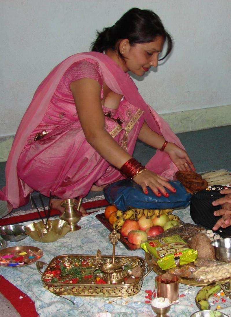 Desi Girl Photo: Hot cleavage show of bhabhi