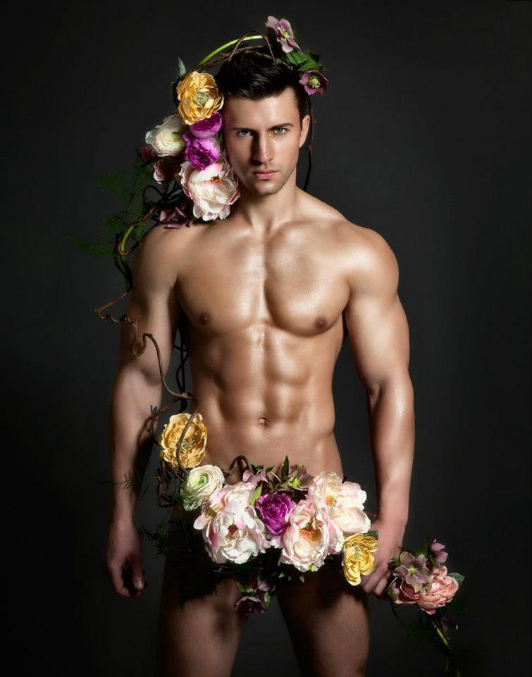 Парень с цветами голый