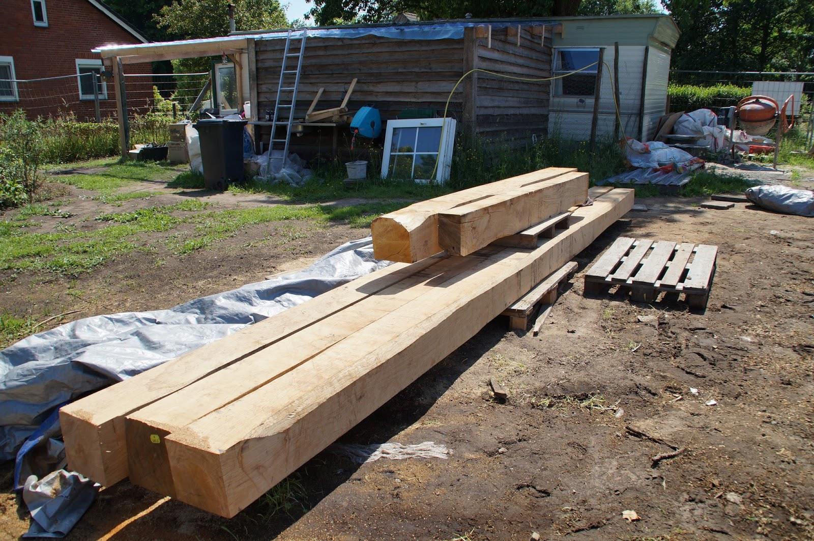 De verbouwing van een 200 jaar oude boerderij hout en metselwerk - Slaapkamer met zichtbare balken ...