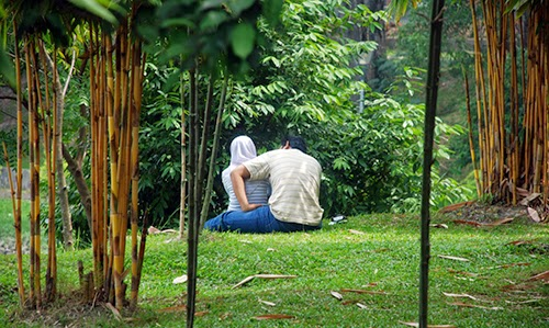 GEMPAR Pasangan Kekasih Kantoi Memipit Di Tepi Masjid Putrajaya
