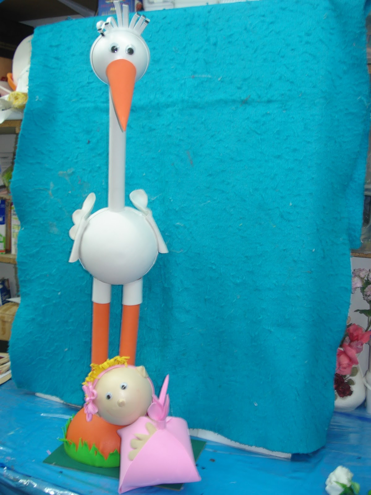 esta vez hemos hecho una ciguena de goma eva llevando un bebe
