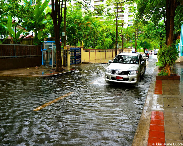 Rue inondée à Bangkok après la pluie