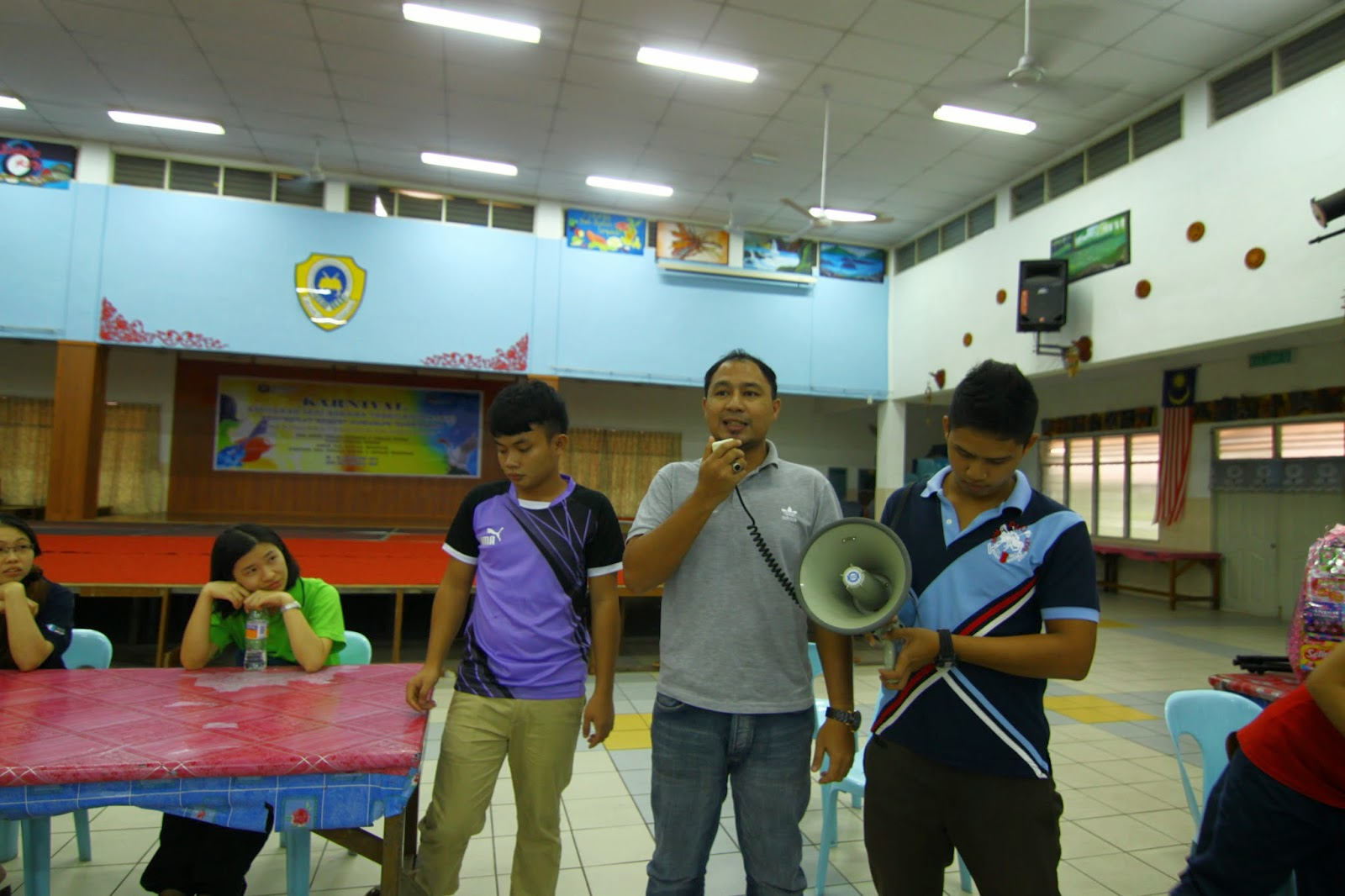 Cikgu Hailmi memberikan ucapan alu-aluan kepada peserta Kem Kimia 2014