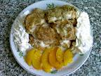 Diós barackos guba recept, vanília pudinggal leöntve, tejszínhabbal illetve barackkal tálalva.