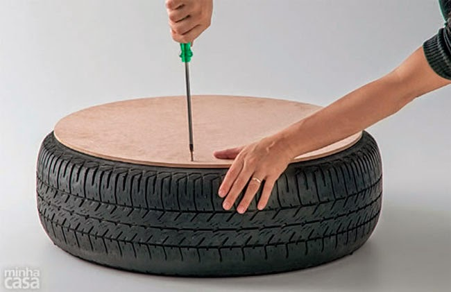 Tablón de madera circular atornillado al neumático