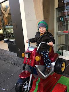 Christkind auf dem Motorrad