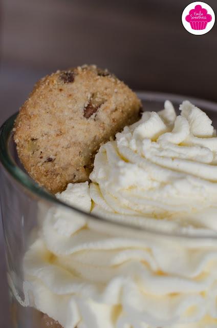 Verrines de pommes caramélisées, chantilly et crumble de cookies aux pépites de chocolat