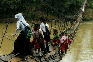 Para Murid Melewati Jembatan Runtuh