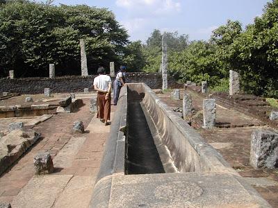 каменный желоб на развалинах храма Михинтале стоит на гранитных плитах квадратными отверстиями