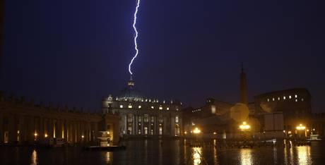 http://4.bp.blogspot.com/-U-AJBgLD0ik/URl-FyahwRI/AAAAAAAACm8/I5GZaNPQ54s/s1600/Vatican+hit+by+lightning+Feburary+11+(2).jpg