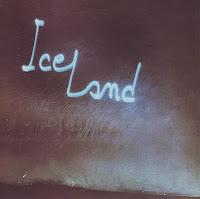 El bloque de hielo y la proyección láser con el nombre del disco que ilustran la portada de Iceland de Richard Pinhas