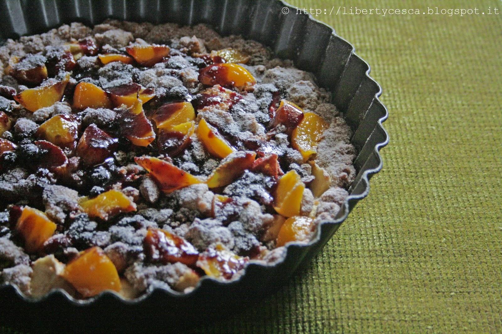 crostata con ripieno di frutta secca, mele e pesche sciroppate / tart with dried mixed fruit, apples and peaches in syrup