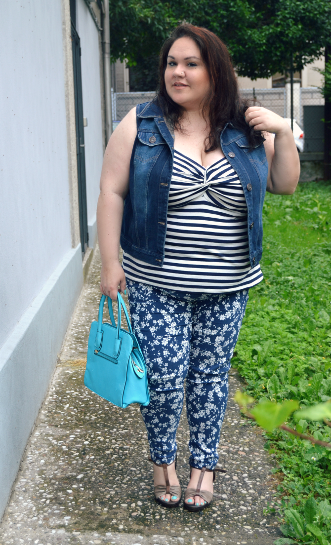 outfit plus size con jeggings scarlett & jo, canotta a righe e gilet in denim