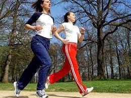 """Chạy bộ giúp quý ông khỏe """"chuyện ấy"""" mỗi ngày  Thậm chí, có 3% trong số nam giới yêu luyện tập sức khoẻ bằng chạy bộ thừa nhận họ có quan hệ phòng the hai lần mỗi ngày.  Điều này thực sự đối lập với những người không có thói quen chạy bộ: cứ 4 người thì có 1 người (25%) thừa nhận chỉ quan hệ tình dục mỗi tháng một lần, thậm chí là hoàn toàn không có chuyện yêu đương trong khoảng 30 ngày.  Môn thể thao đơn giản như chạy bộ lại là thần dược trong chuyện ấy. Ảnh minh họa   Phát hiện này là kết quả của một điều tra đối với 1.000 người có thói quen chạy bộ và 1.000 người không chạy bộ ở Anh. Nghiên cứu cũng chỉ ra rằng 1 trong số 10 nam giới có thói quen chạy bộ thường nghĩ đến chuyện yêu đương trong khi tập luyện thể thao.  Trong khi đó, 1/5 số phụ nữ có thói quen chạy bộ thừa nhận rằng họ nghĩ đến chuyện phòng the lúc rèn luyện thân thể và gần 1/2 phụ nữ dành thời gian lúc đó để nghĩ cách nào để môn thể thao đó có ích đối với chuyện phòng the của họ.  Nghiên cứu do Viện Sức khoẻ nhân đạo Sue Ryder Care tiến hành cũng tiết lộ 1/4 những người chạy bộ thừa nhận luyện tập môn thể thao này như là một phương tiện để tiếp cận bạn khác giới. Ở Anh, chạy bộ đang trở thành một xu hướng mới được gọi là flunning (viết tắt của từ flirting và running- tán tỉnh và chạy bộ).  Gần 1/3 những người chạy bộ thừa nhận họ sẵn sàng và chủ động mở đầu cuộc nói chuyện với bạn khác giới trong thời gian chạy bộ."""