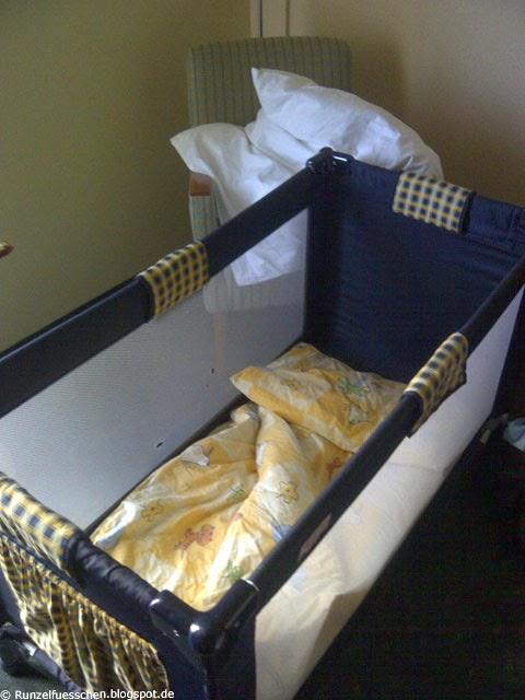 Runzelfuesschen Baby schläft im Hotel