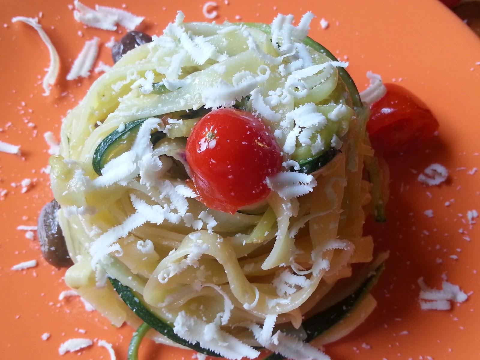 tagliolini con zucchine, pomodorini, olive taggiasche e cipolle di tropea