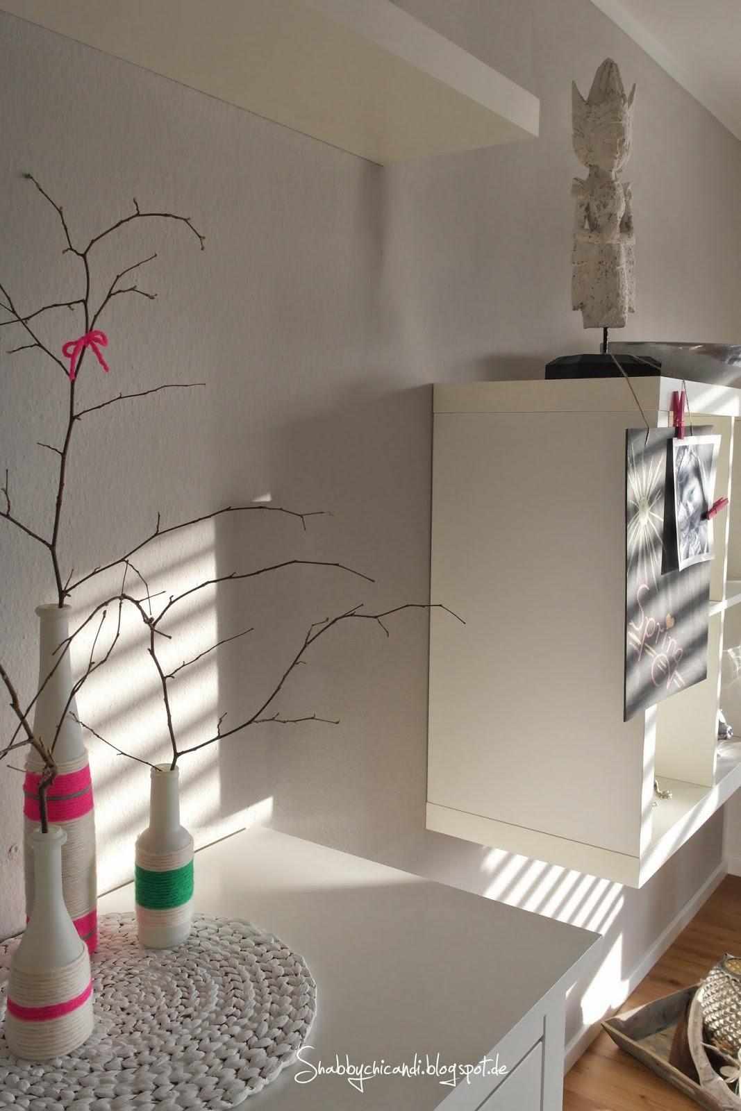 Vasen in neon mit Haselnusszweigen zum Frühling