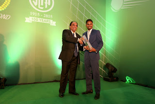 Iqbal Bin Issack, President of the SLTA presents Outstanding Contribution Award to Harshana Godamanna
