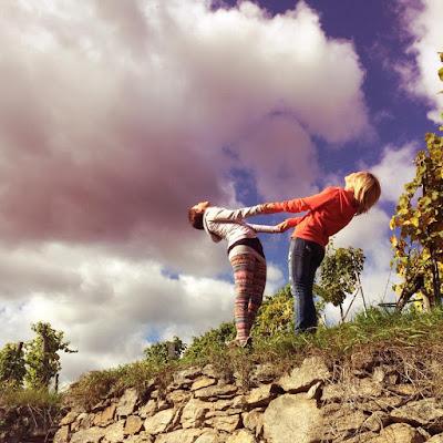 Zusammen ist man weniger allein - Yoga zu Zweit macht Spaß und bringt neue Herausforderungen © loveyoga.at