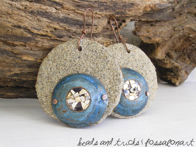 Orecchini in corda, rame e sabbia, con patina blu