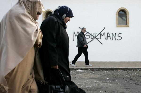"Banuasyariah.com - Pemerintah Perancis kemungkinan akan menutup 160 masjid dalam beberapa bulan kedepan sebagai bagian operasi dari kebijakan nasional yang akan berfungsi di bawah kondisi darurat yang memungkinkan tempat-tempat ibadah yang dianggap mempromosikan ""pandangan radikal"" untuk ditutup, kata salah satu ketua imam Perancis berdasarkan laporan Al Jazeera, sebagaimana dilansir World Bulletin pada Kamis (3/12/2015).  Seperti dikutip laman Arrahmah, Menteri Dalam Negeri Bernard Cazeneuve mengatakan kepada wartawan pada Rabu (2/12) bahwa tiga masjid telah ditutup sejak dua pekan lalu selama kondisi darurat pasca serangan mematikan di Paris.  Pada Rabu, polisi menutup masjid yang diduga ""radikal"" di timur Paris dan menangkap pemilik pistol yang ditangkap terkait penggerbekan sebagai bagian dari tindakan pemberantasan, kata Cazeneuve.  Mereka menempatkan sembilan orang di bawah tahanan rumah dan telah menetapkan larangan perjalanan terhadap 22 orang lainnya dari meninggalkan negara ini, kata Cazeneuve.  Aset Imam Mohamed Hammoumi, yang merupakan kepala masjid itu dan asosiasi kebudayaan hingga ia pergi untuk tinggal di Mesir pada 2014, dibekukan pada bulan April, lapor AFP.  Dua masjid lainnya ditutup pekan lalu di Gennevilliers, barat laut Paris, dan di bagian tenggara kota Lyon, tambah Cazeneuve.  Sejauh ini Perancis telah menggerebek 2.235 rumah dan bangunan, menahan 232 orang dan diklaim telah menyita 334 senjata, 34 di antaranya dikatakan sebagai senjata kelas perang.  Menyusul berita bahwa tiga masjid telah ditutup sejak serangan Paris 13 November, Hassan El Alaoui, seorang kepala imam, mengatakan kepada Al Jazeera pada Rabu bahwa akan lebih banyak lagi masjid yang ditutup dengan dalih izin ilegal dan menyebarkan paham ""takfri"".  ""Menurut angka resmi dan diskusi kami bersama menteri dalam negeri, antara 100 hingga 160 masjid akan ditutup karena dioperasikan secara ilegal tanpa izin yang tepat, mereka mengajarkan kebencian, atau menggunakan ceramah takfiri,"" "