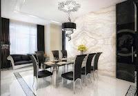 Imagen de decoracion de living comedor moderno y lujoso con paredes y suelo brillantes. además el contraste entre el negro de los muebles y  el blanco del suelo y techo