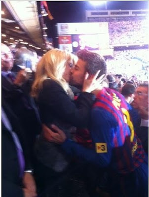 Beso Shakira y Piqu tras la final de la copa del rey