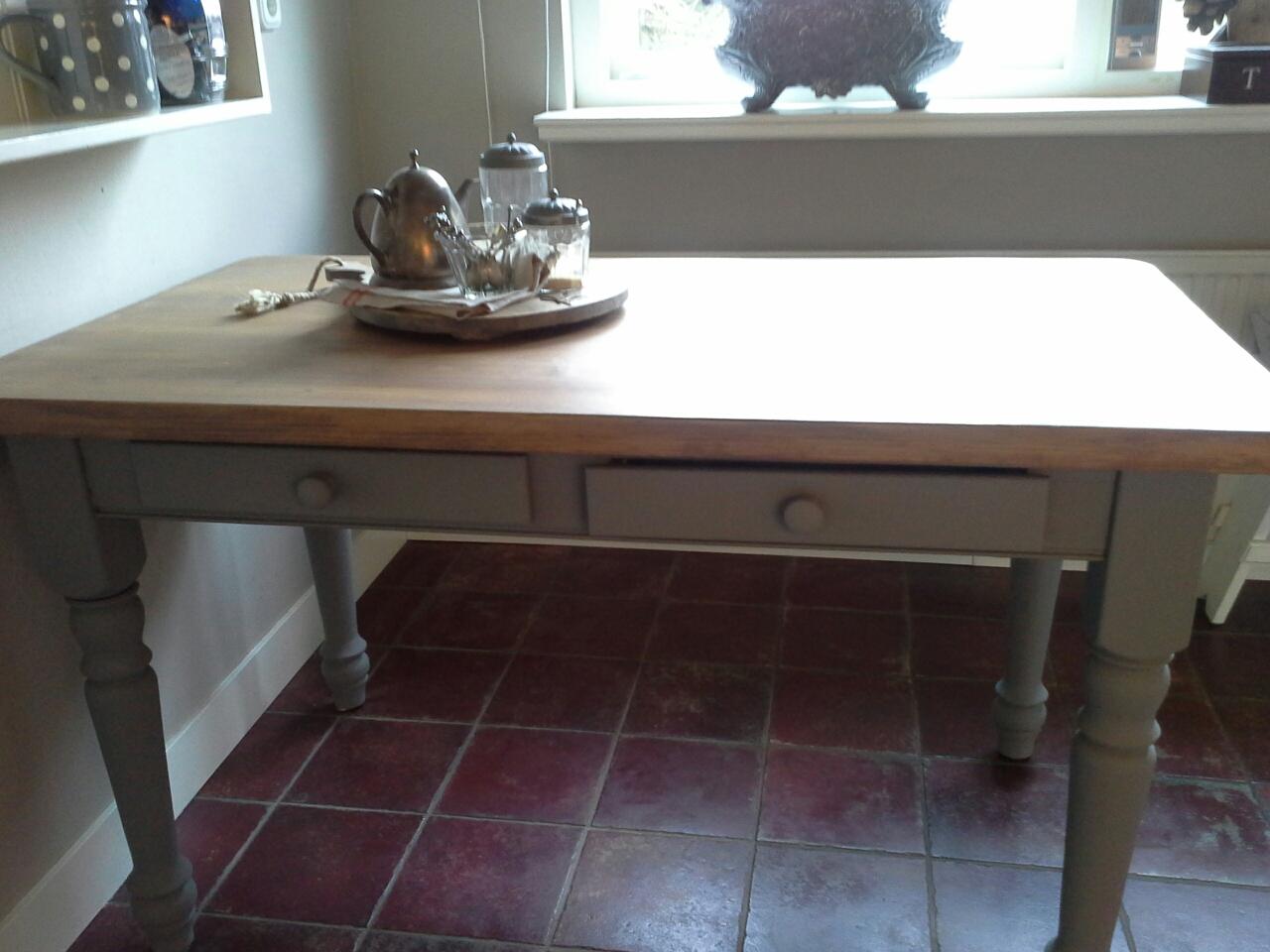 Moderne keukentafel: landelijke keukentafel en stoelen of keukens.