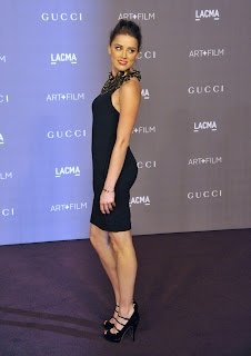 Amber Heard shows off her great body in a black dress