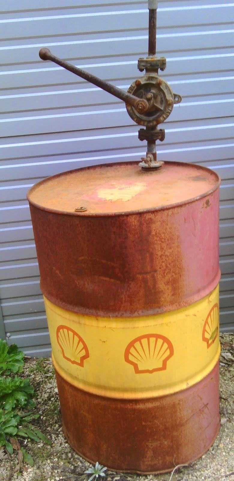 www didoulabrocante fr ancien bidon fut pompe a huile shell h 233 lix atelier garage industriel