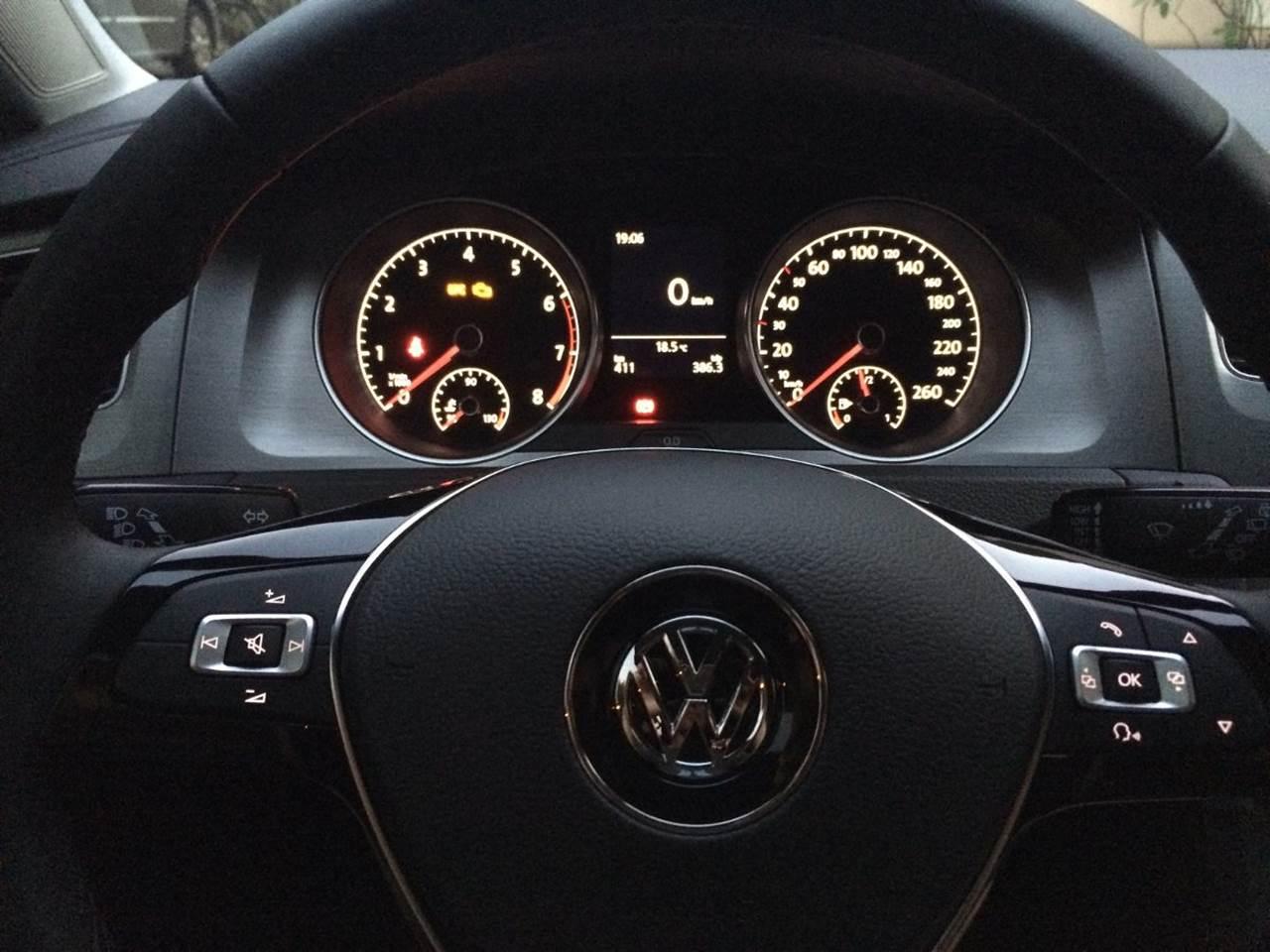 VW Golf Trendline 2016 - volante multifuncional e detalhe do cluster