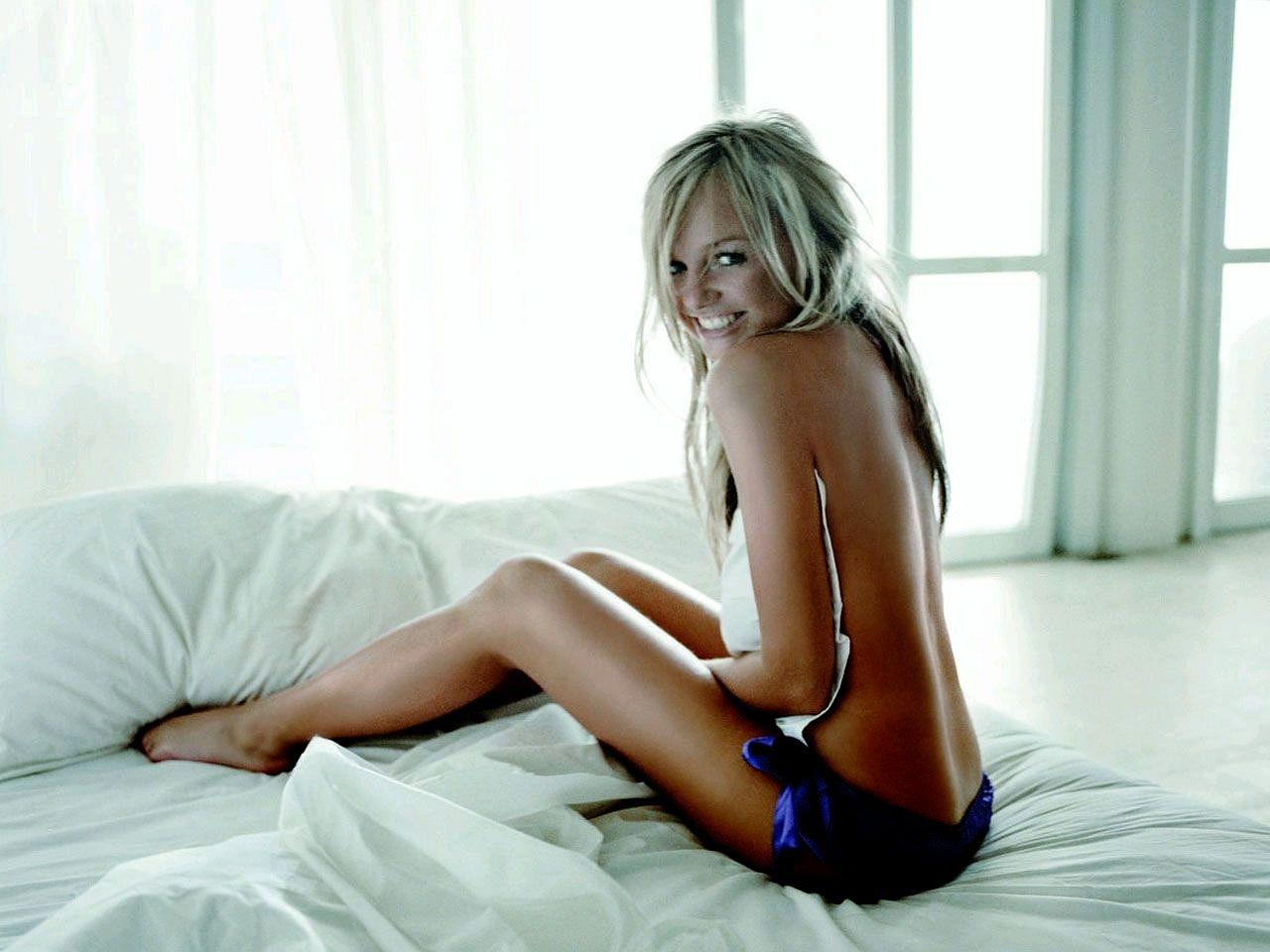 http://4.bp.blogspot.com/-U4OWUY0aQFQ/TzBBB8YaLcI/AAAAAAAABS0/TiNWayy39EI/s1600/2005-celebrity_emma_bunton_wallpaper.jpg