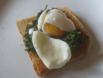 Brennnesseltoast mit weichem Ei