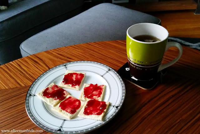 Saltine Crackers, Premium crackers, snack, What I Ate, Tasty Tuesday, peppermint tea, tea time