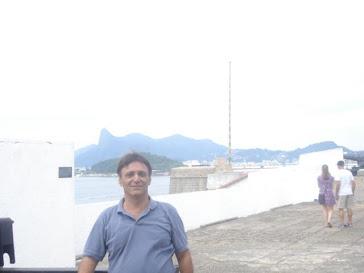 Foto no forte em Niterói com vista para o Rio ao fundo