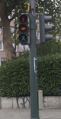 Bild: Fußgängerampel in Düsseldorf mit Gelbphase, es leuchten alle drei Phasen gleichzeitig (rot-gelb-grün).