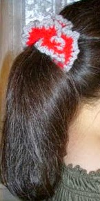 http://www.simplyshoeboxes.com/2012/02/crocheted-pony-tail-holder-tutorial.html