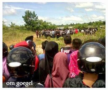 Warga Menyaksikan Rekonstruksi Nanang dan Ucok