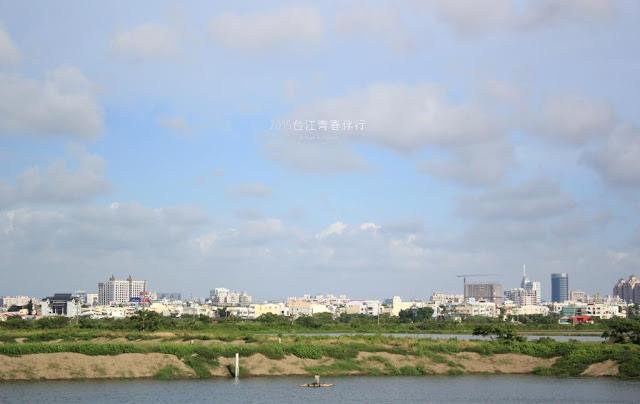魚塭地景的彼端,城市佔據著遠端的地平線。