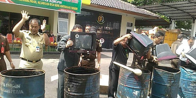 Alasan Tak Miliki Izin, Kejaksaan Hancurkan 161 TV Rakitan Pria Lulusan SD